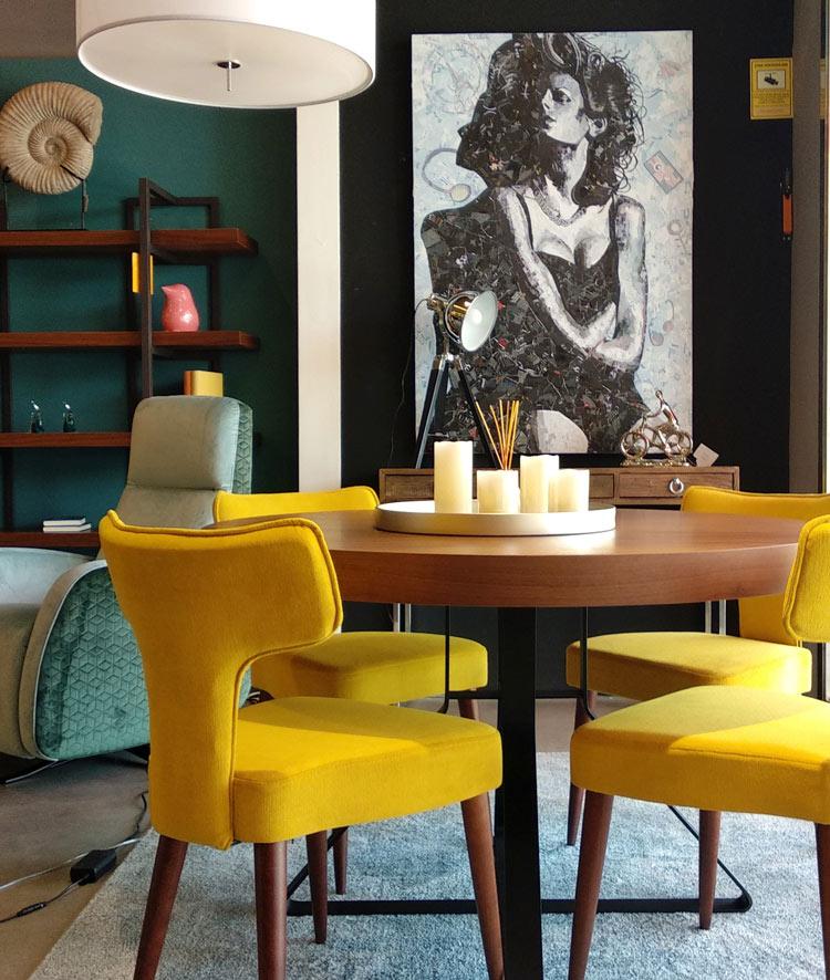 Salón colorido con muebles amarillos.