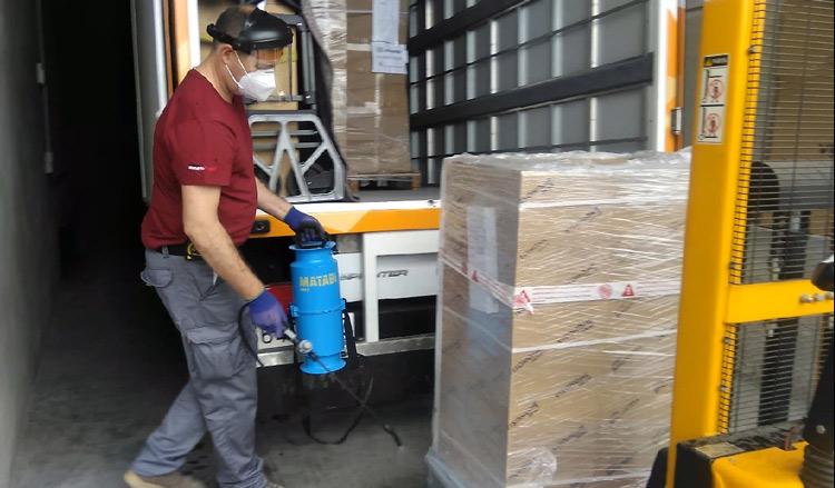 Desinfección de camiones y muebles en las instalaciones de muebles Romerohogar
