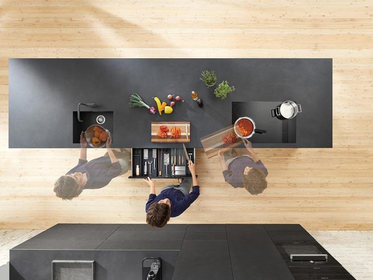 Distribución de espacio en una cocina moderna y ordenada