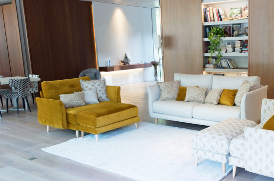 Dos sofás enfrentados crearán una disposición simétrica fácil de complementar con una mesa baja