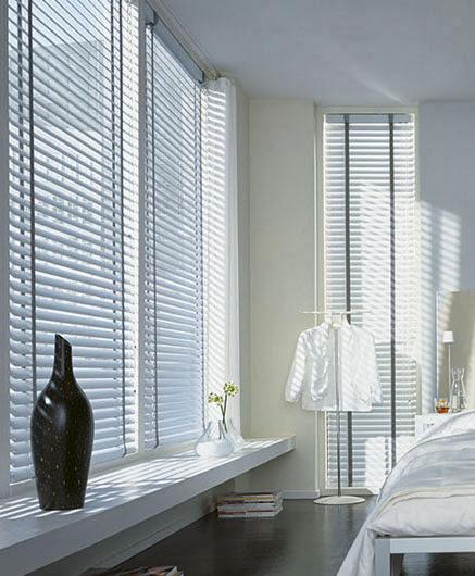 Ventanas con cortinas aislantes.
