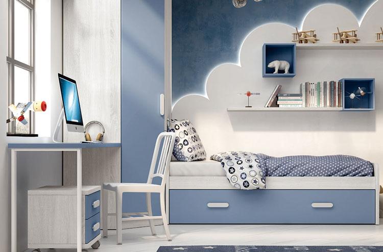 Habitación juvenil decorada con tonos azules.